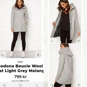 Säljer min kappa jag impuls handlade nyligen men jag ska hålla mig till svart.  Använd en gång sen har den hängt inplastad. Färg ljusgrå/ light grey melange.Storlek xs. Nypris 799:- Jag säljer för 500:- 😊