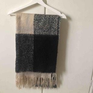 Svart och vit lång och varm halsduk från HM  I fint begagnat skick  Nypris 250:-  Finns i Hägerstensåsen eller kan träffas någonstans i stan enligt överenskommelse