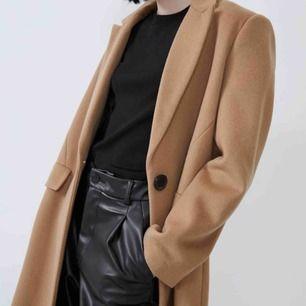Säljer min supersnygga beige kappa från Zara! ALDRIG ANVÄND!! Nypris 849kr. FRI FRAKT!