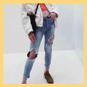 PRUTBART‼️ Asballa jeans som sitter riktigt snyggt och framhäver ens former! Använt skick så säljer billigt, nypris 600:- Byxans slitningar har jag klippt upp till hål och byxbenens ände är fransade (se sista bild)... galet snyggt!