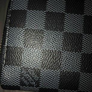 En Louis Vuitton plånbok (kopia). Inte använd