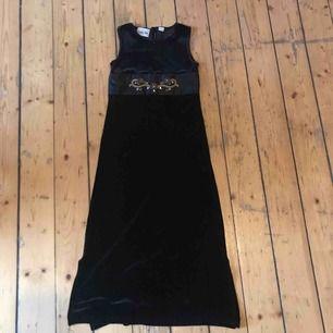 Snygg sammet klänning väldigt retro i jättefint skick med slittar längst ner!