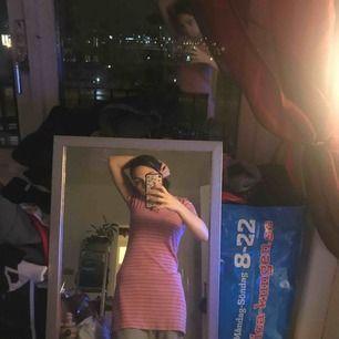 Snygg randig rosa/vit retro klänning i storlek xs knappt använd och i fint skick, från filippa k sitter snyggt på!