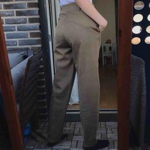 80cm i midjan och går ner till fötterna på mig som är 177cm! 👍💕 möts i Stockholm eller fraktar för 59🪂🧚♀️ skick 7/10 (sista bilden visar tyget bäst)