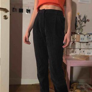 Coola marinblå manchesterbyxor från märket Paola Aragone köpta i Milano!!! Jättesköna och passar verkligen till allt. ❣️ Pris går att diskutera, jag kan frakta o då tillkommer ca 50kr, annars kan vi mötas i Sthlm! 💜☮️