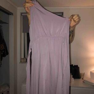 Lång klänning från make Way med ett axelband, band i midjan och slits. Använd 1 gång frakt ingår. Skriv för fler bilder