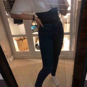 Jeans från Cheap monday. Byxorna har raw edge längst ned. De har en djup blå färg. Säljes pga kommer inte till användning och förtjänar mer kärlek än vad jag kan ge dem :( sitter tajt för mig över låren, men lösare i midjan, som har s/m. Fint skick!💥