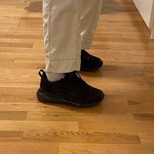 Säljer dessa as coola Nike Air Max 720 i svart då de inte är min stil. Dem är helt oanvända🥰