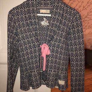 Odd Molly kofta i marin blå och rosa  Verkligen super fin och sparsamt använd  (Köparen står för frakten)  Skulle säga att det storleksmässigt är som en xs\s  Köpt för 1800kr  💕💕