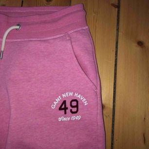 Gant mjukisar Jätte sköna inuti men har tyvärr inte kommit till användning  Fin rosa färg  Storlek 15/164 (13-14år)  Nästintill oanvända  (Köparen står för frakten💜)