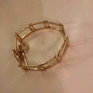 Guldigt armband med spänne