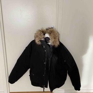 Vinterjacka från Ralph Laurent. Strl: L Köp i New York vintern 2019. Nypris 4000kr, mitt pris 1100kr.