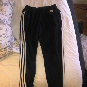 Mjukis byxor från Adidas, modellen är rätt kort. Frakt ingår