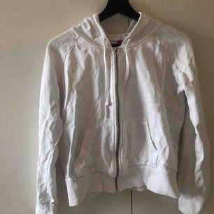 Vit zip up hoodie ifrån H&M! Storlek 36/38.  Står ej för frakt.