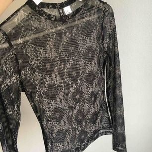 Transparent / genomskinlig leopard mönstrad tröja, XS men passar perfekt på S också vilket jag har. Köpte men använde aldrig så fint skick!