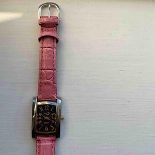 En fin rosa klocka från Quartz som inte fungerar i nuläget. Men går säkert att byta batteri, annars är den fin som accessoar. Water resistans. Frakt tillkommer. Kontakta mig gärna vid frågor🥰