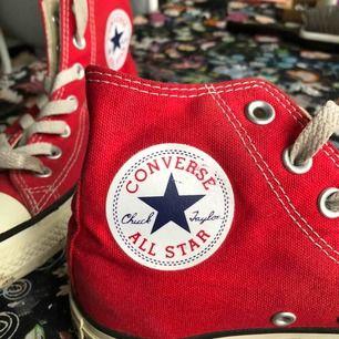 Röda Converse high tops. Sulan och snörena är lite smutsiga, därav det låga priset, men annars i gott skick. Köparen står för frakt :)