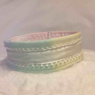 Ett hundhalsband som jag sydde själv. 35 cm runt halsen. Frakt ingår. Kan inte sälja billigare :)