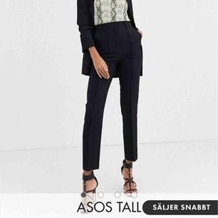 Svarta kostymbyxor från ASOS. Aldrig använda med taggarna kvar!