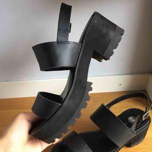 Svarta sandaler/klackar med platå Använda sparsamt och i fint skick, spännet i hälen går att justera    Köparen betalar frakt, kan alternativt mötas i Stockholm