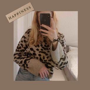 """(inkl frakt)Super fin stickad leopard tröja från hm, den är lite nopprig men inget större """"fel"""". Det står att den är strl M men skulle säga S, men kan användas sx-m beroende på hur man vill att den ska sitta!💖🥳🧚🏼♀️🥂🍭"""
