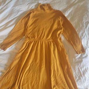 Mysig klänning med polokrage Bredd: 42 cm Längd: 105 cm Kjolens bredd: 100 cm (längst ned)  Obs: Bara skrynklig pga ligger ned! Möter endast upp i stockholm🎭