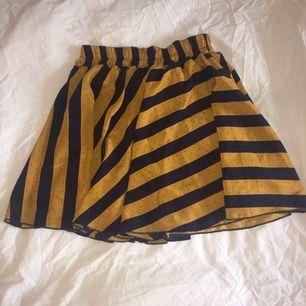 Randig kjol, stretchig i midjan  Midja: 32 cm Längd: 43 cm  Möter upp i Sthlm 🙏🍀