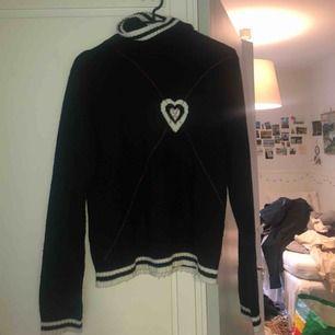 Säljer en jättefin stickad polotröja tröja💘 i tröjan så står det storlek L men den sitter tight på mig som har storlek S! Priset är inklusive frakt!