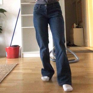 """Säljer ett par jeans från en secondhand💕 gylfen är sönder, men det sitter en knapp där som används som """"gylf"""" när kan knäpper den så syns det inte att gylfen är trasig! Jag är 164cm om de sitter bra på mig! Priset är 220kr, fraktkostnad tillkommer 💕"""