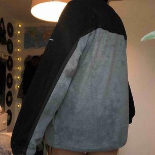 Säljer en jätte skön fleece tröja! Den är i storlek M meniga skulle säga L, Eftesom att den är väldigt stor i storlek! Priset är 200, frakt tillkommer💕