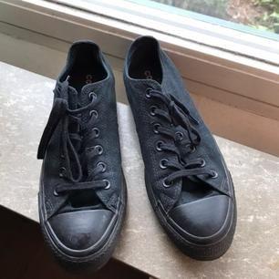 Säljer dessa balla svarta låga conversen med lite platå! Bra skick, knappt använda.