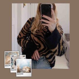 Ur snygg stickad tiger-mönstrad tröja från hm, säljer pga kommer inte till användning. Mycket fint skick!💘🥂🤩🧚🏼♀️🥰🍭