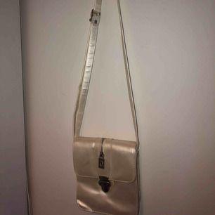 Säljer en jätte fin vit väska som jag köpt på secondhand! Priset är 70kr plus frakt 💕
