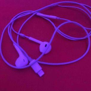 Hörlurar som inte längre kommer till användning, funkar jättebra och är hyfsat nya!