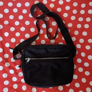 Väska från Monki. Köpt för ca ett år sen, använd men i fint skick fortfarande. Måtten är ca. 21x17 cm!