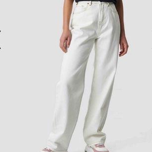 Säljer ett par vita jeans med bruna sömmar ifrån Emilie Briting x NA-KD kollektion! Så fina men har blivit lite små för min, gylfen är sönder på ett ställe men det går fortfarande att dra upp gylfen hela vägen💕 priset är 200kr plus fraktkostnad!