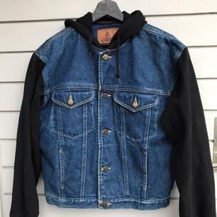 Säljer denna coola jeansjackan med luva och tygärmar. Jackan har fyra fickor varav två går att stänga. Den är köpt på beyond retro för flera år sedan men är i jättebra skick då jag knappt använt den. ❤