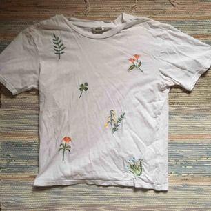 Vit T-shirt med broderade blommor på. Köpt 2hand men endast använd 3 gånger av mig, den är i superfint skick och inte minsta sliten. Vid frakt står köparen för kostnaden 💌
