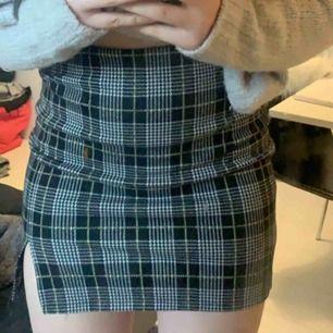 Rutig kjol från Gina som köptes i somras. Säljes pga att den har blivit för stor. Köparen står för frakten