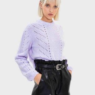 Säljer min ljuslila, söta tröja från Bershka💫💫 Säljer den då den kommer vara finare på någon annan. 💕Använd 1 gång, i ett rök och pälsfritt hem💕 Hör av dig om du har någon fundering<3