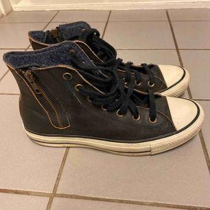 Bruna Converse Special Edition i skin. Inköpta i New York, dock för små för mig. Har använt dom 5 gånger.  300kr plus porto.