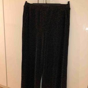 Glittriga kostymbyxor i storlek L. Använda ett fåtal gånger men säljer dom pga lite förstora:) Köpare står för frakt🥰