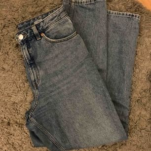 Säljer mina highwaist mom jeans i modellen taiki då de blivit stora för mig. haft i några månader men fint skick. W27💖 (är 160 cm )skriv för fler bilder, frakt tillkommer