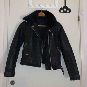 Skin jacka från Zara med avtagbar fake päls, fint skick och köpare står för frakt 💖