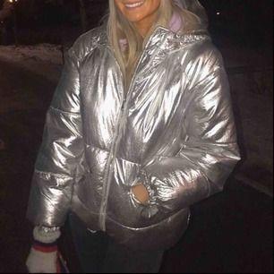 Jätte snygg silver jacka från Zara barn, passar en s även xs! Den är varm och passar till de mesta🙏🏻 Lånade bilder❤️