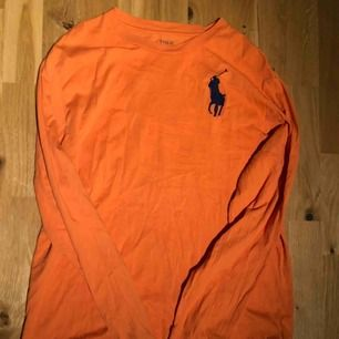 Ralph Lauren tröja (orange) i storlek xl (passar absolut L/M) Använd typ 2-3 gånger Priset är inte hugget i Sten:)