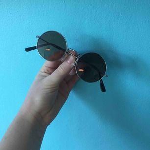 Så coola klassiska runda solglasögon! Inga repor vad jag ser! Glaset är mörk brunt!