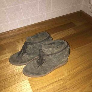 Pavement skor i färgen Army Green. Inköpta på twoangels för ca 2 år sedan. Bra skick!