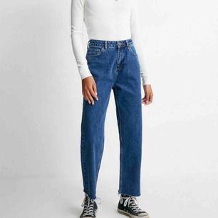 Jeans från Urban Outfiters i straight leg modell, endast använda 2 gånger. Nypris 600kr men kan diskutera mitt pris! Köparen står för frakt.⚡️💜⚡️