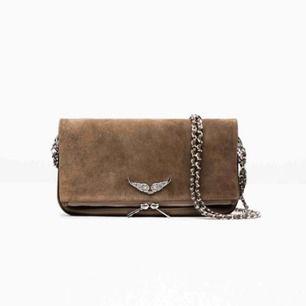 Säljer denna riktigt snygga väskan!!🥰 köpt för 2800kr! Det är modellen Zadig Voltaire rock clutch Brown! Använd flitigt men bra. Skriv för fler bilder💖Säljer direkt för 1000kr